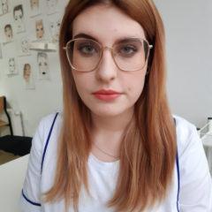 makijaż dzienny osoby noszącej okulary